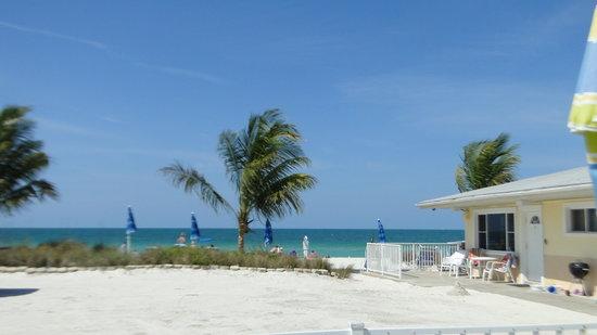 White Sands Beach Resort: white sands to beach