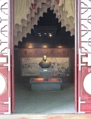 Palace of the Heavenly Kingdom : Entrance and a shrine to Heavenly King Hong Xiuquan