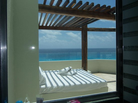 ME Cancun: From our bathroom u can see the balcony