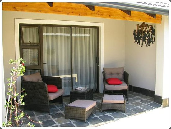 Dunvegan Execu Lodge: Outside sitting area Suite #8
