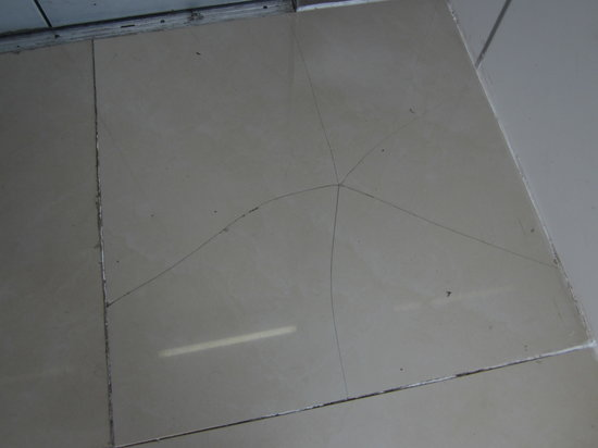 Secrets Huatulco Resort & Spa: picture of elevator floor tile all cracked