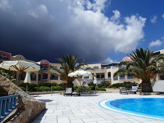 Santo Miramare Resort: Relaxing at the Pool area and I took this picture.  Gorgeous isn't it?