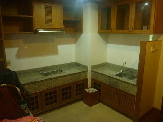 Khum Phucome Hotel: The empty Kitchen! No plates, cutlery, kettle or microwave!