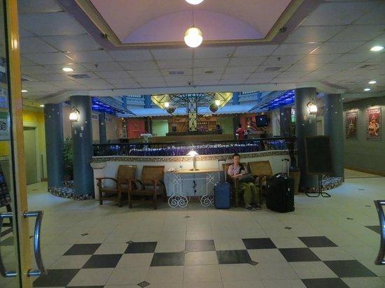 Megah D'Aru Hotel: Gaudy Lobby