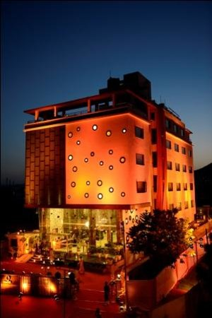 Q Hotel: Front view 2