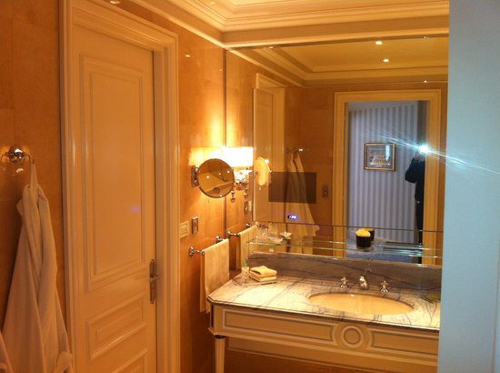 tv dans la salle de bains photo de four seasons hotel george v paris paris tripadvisor. Black Bedroom Furniture Sets. Home Design Ideas