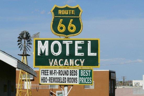 Route 66 Motel: son enseigne le jour