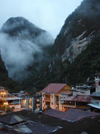 Hostal Muyurina: 部屋から見たマチュピチュ山の背、朝5時過ぎ