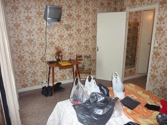 "Hotel Le Perigord: Chambre spacieuse un peu ""kitch"" - bonne literie"