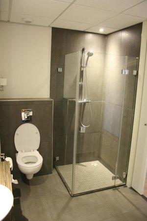 Grande salle de bain avec baignoire, douche et vasque - Picture of ...