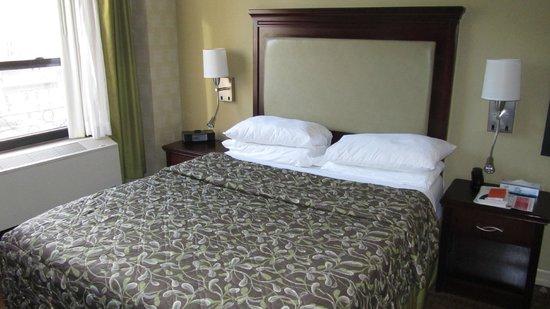 Ramada New York/Eastside: camera doppia letto queen stanza 1006