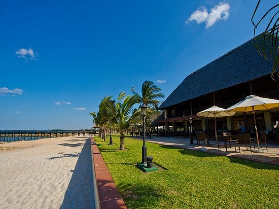 Hotel White Sands - The Beach Resort: Mchanga Restaurant & Beach