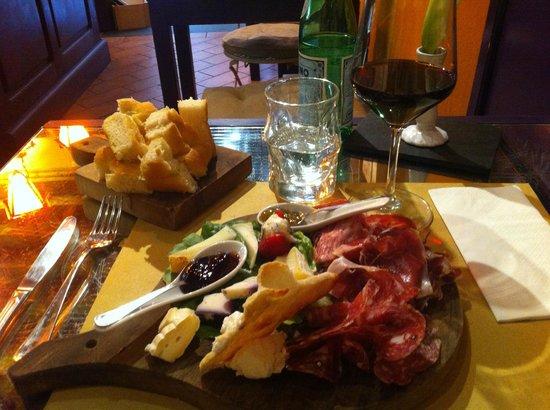 Mangiafoco Cafe: Käse, Salami und Prosciutto, dazu ein Glas Brunello