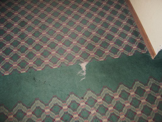 Americas Best Value Inn Hibbing: Hallway carpeting: ripped/torn