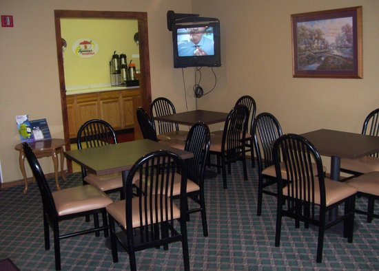 Americas Best Value Inn Hibbing: The Tiny Lobby/Breakfast Room