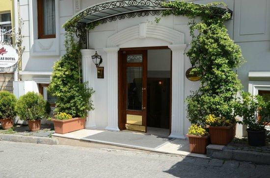 Albinas Hotel : l'entrée de l'hôtel