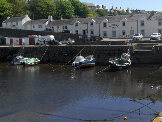 Dunure Inn : Looking back at the hotel over the harbour