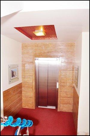 Aundh Retreat: Lift area