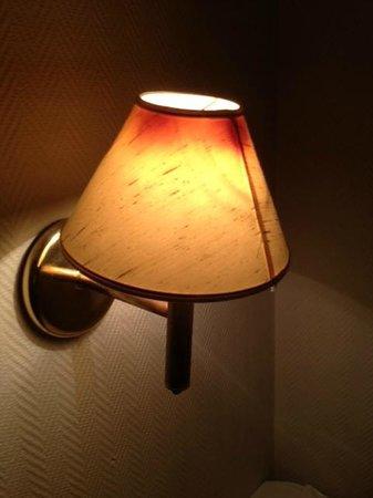 "Marche Rygge Vest Airport Hotel: ""Bränd"" lampskärm vid sängen"