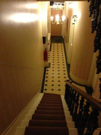 Kensington Gardens Hotel: Hotel front door