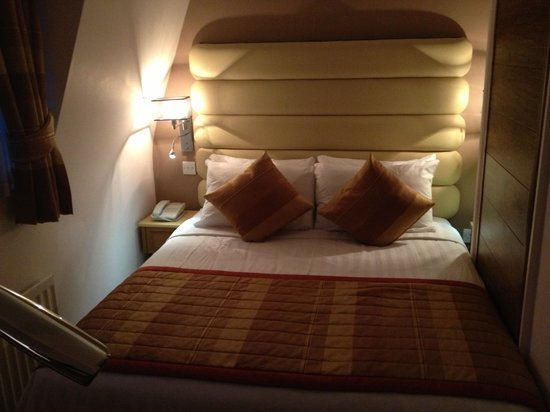 Holiday Villa Hotel and Suites London: Room 509 - The bed's close to the window so you can enjoy the sunrise.