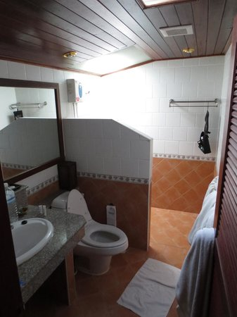 Smile House Resort: Bathroom of our bungalow