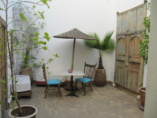 Riad Le Coq Fou: cortiletto primo piano camera oiseau