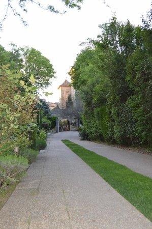 Chateau d'Arpaillargues: L'entrée du parc, la piscine est à droite sur la photo