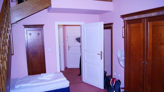 Hotel Louis Leger: Вход в номер
