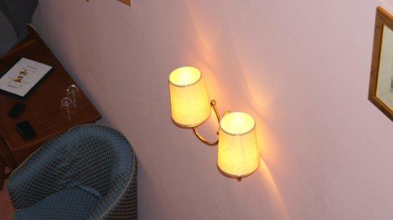 Hotel Louis Leger: Свет в номере
