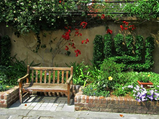 The Gastonian - A Boutique Inn: Gardens at the Owens-Thomas House on Reynolds Square