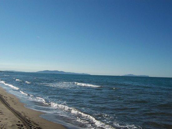 Castiglione Della Pescaia, Italy: il mare con di fronte le isole Toscane