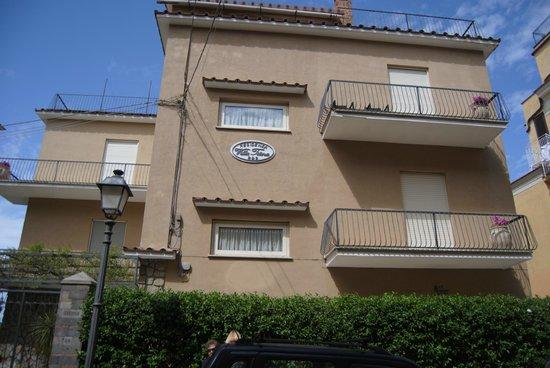 Residenza Villa Titina: vista hotel dalla strada