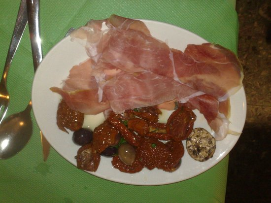 Da Pippo Trattoria: Free platter of Sundried tomatoes, prosciutto, cheeslet and olives