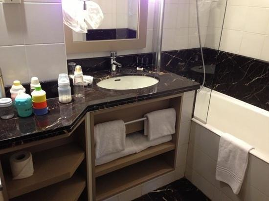 Hotel le Tourville: small bathroom