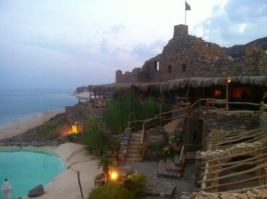 Castle Zaman: Langzaam gaat de zon onder, volop ruimte voor romantiek.