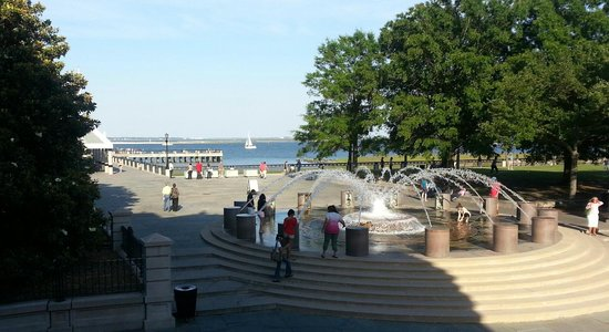 Harbourview Inn: Waterfront park across the street from hotel