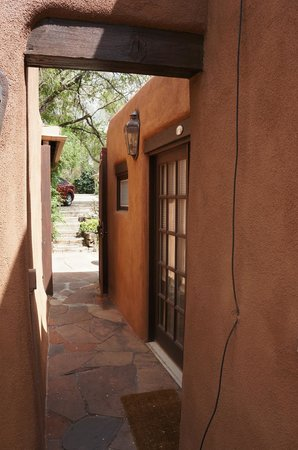 Hacienda Nicholas Bed & Breakfast Inn: Entrance to Chamisa Suite and gate to back parking
