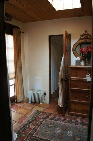Hacienda Nicholas Bed & Breakfast Inn: Chamisa Suite entry way and bathroom