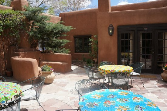Hacienda Nicholas Bed & Breakfast Inn : Outdoor Courtyard with view of Chamisa Suite window on the left