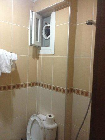 Cem Sultan Hotel: Box doccia senza alcuna tenda o riparo con bagno con finestra cieca