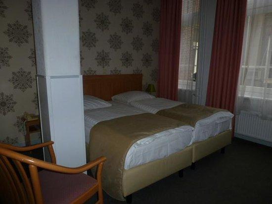 Rho Hotel: chambre twin.