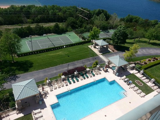 Chateau on the Lake Resort & Spa: Tennis court and outdoor pool/hot tub