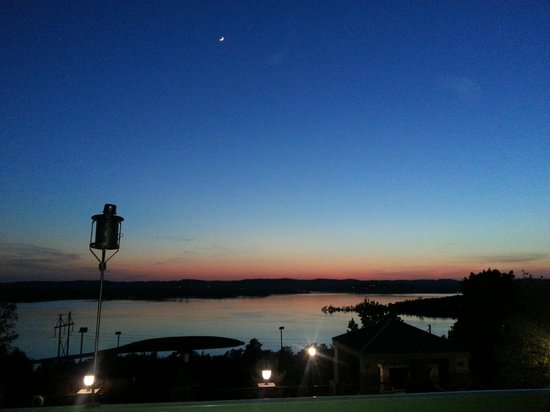 Chateau on the Lake Resort & Spa: Outdoor dining at sunset