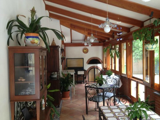 Villa Adriana Guesthouse Sorrento: Dining area and pizza oven