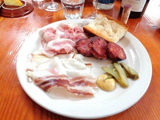 Le plat de cochonnaille de porc heureux maison photo de - Cuisiner pied de cochon ...