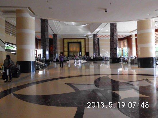 Radisson Blu Cebu: Huge Lobby