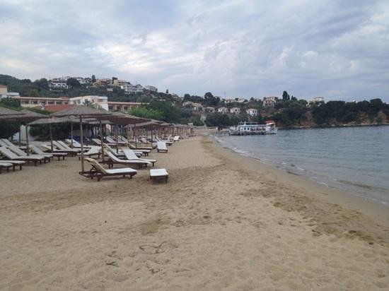 Filokalia Apartments: beach at Achladies.