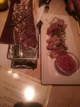 Cheesecake Factory : Bread and appetizer