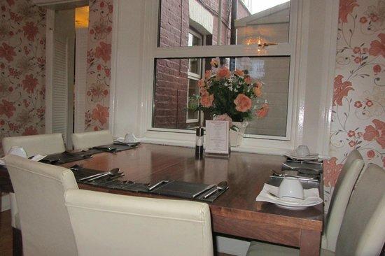 Crompton Guest House: sala colazione